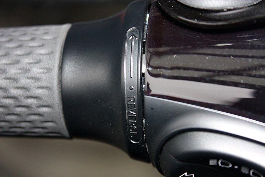 左側手把與車頭的連接處,設有一個倒車輔助的旋把。 記者林和謙/攝影