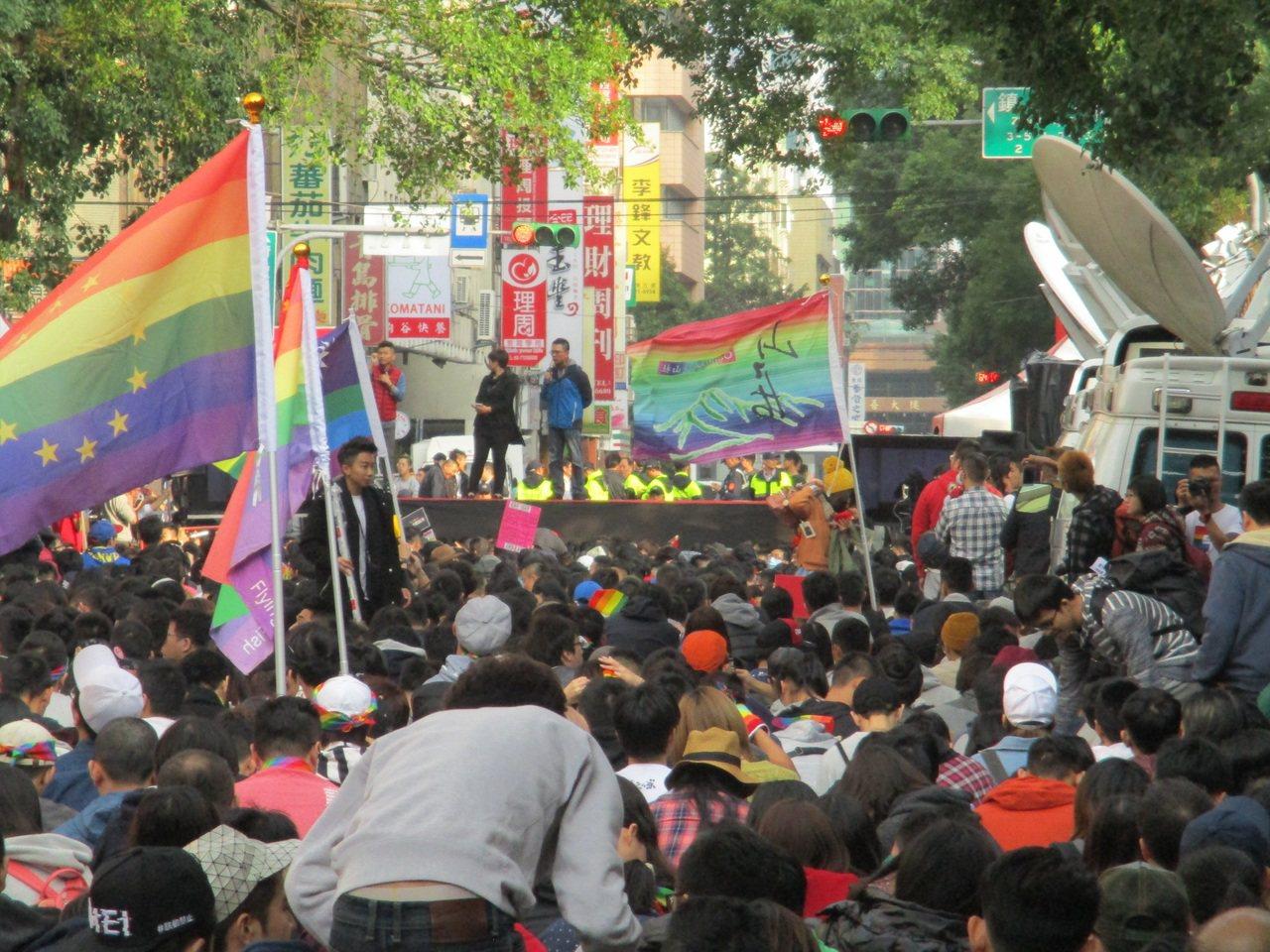挺同群眾在立法院外聚集聽公聽會直播,估計吸引2萬民眾。記者陳宛茜/攝影
