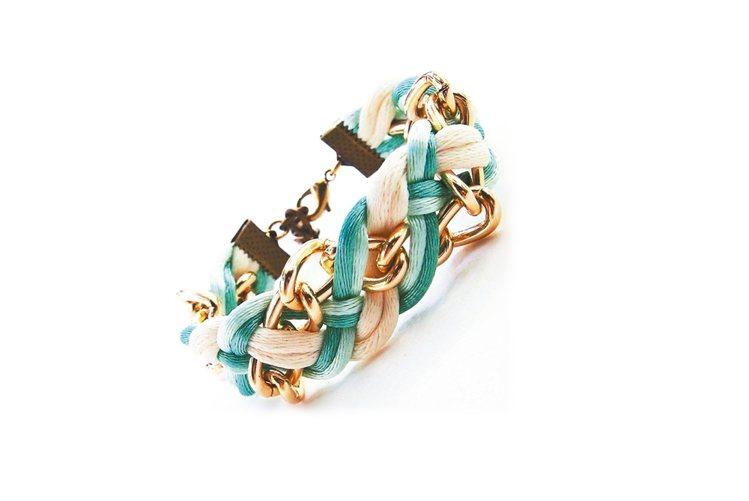 泰國設計師手工製作,利用繽紛多色的細繩以細膩手法編織出多種獨特繩結造型,結合設計...