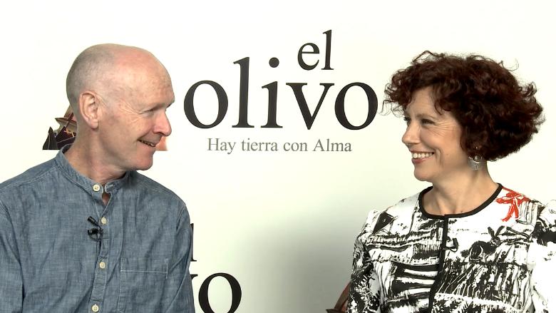 西班牙重要導演伊希亞波拉因(右),過去習慣自編自導,之所以接連和枕邊人保羅拉維提(右)合作三部電影的關鍵在於:那是她自己寫不出來的故事。 圖/擷取自El Huffington Post訪問