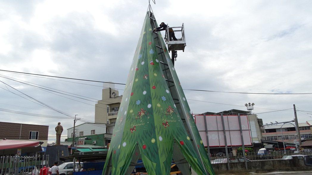 玉井圓環旁大型聖誕樹裝置已豎立,工人正忙最後檢修。記者謝進盛/攝影