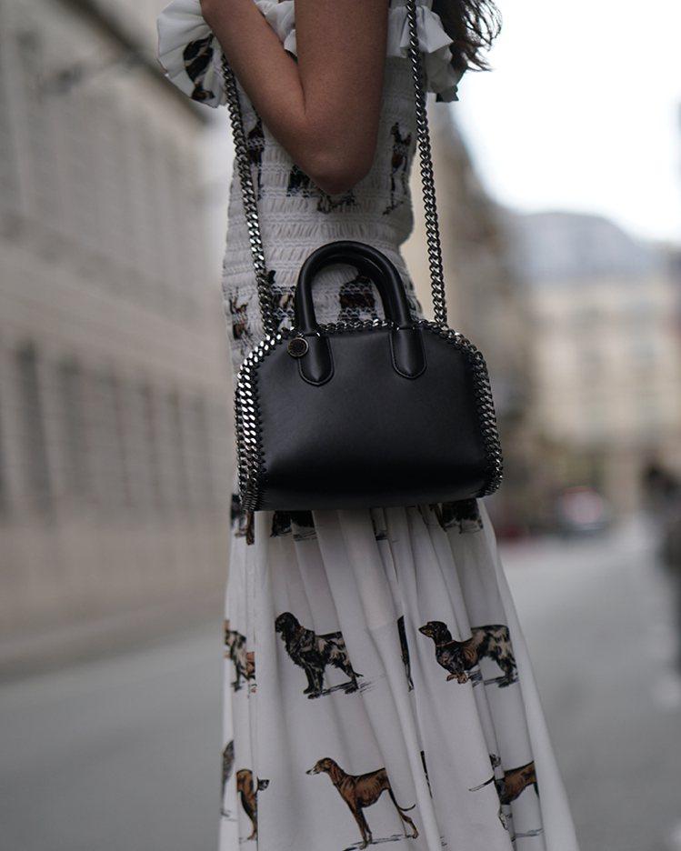 Falabella經典手袋搭配動物印花長裙,有剛柔並濟的美感。圖/CLUB DE...