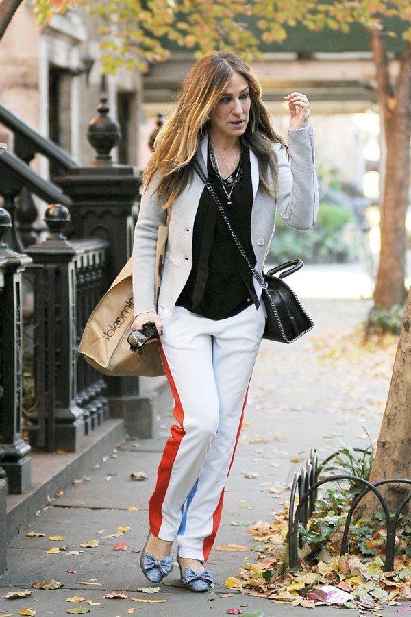 莎拉潔西卡派克這身耐人尋味的穿著,搭著個性包款Falabella。圖/CLUB ...