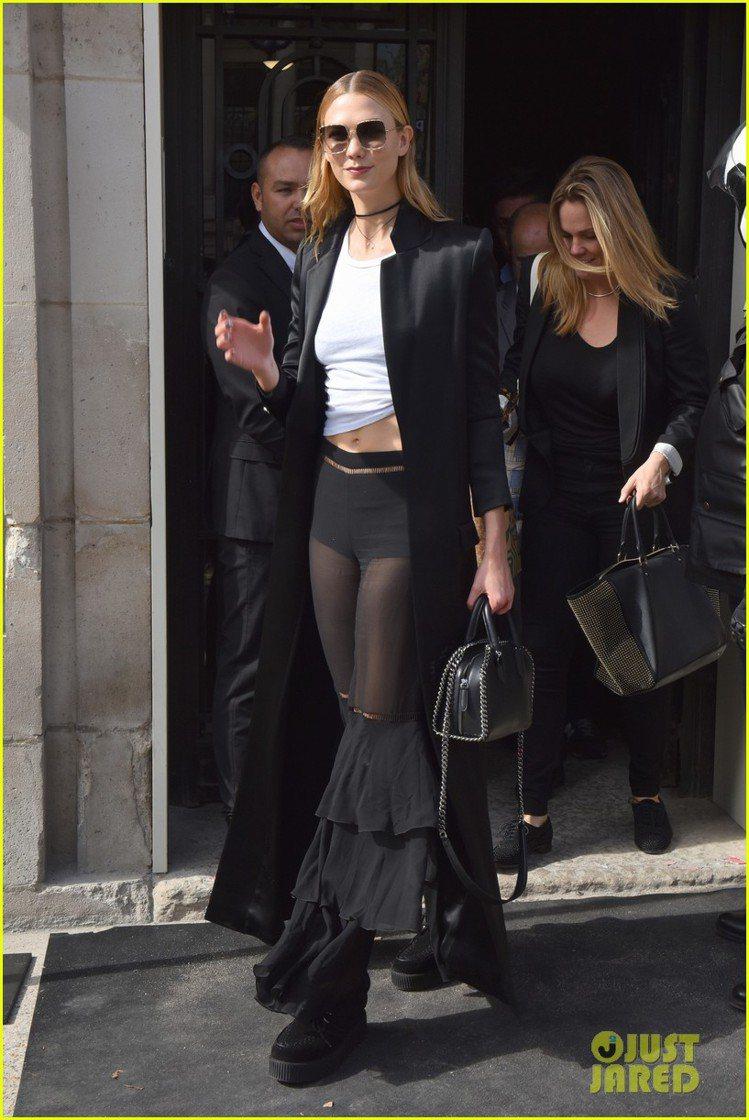 卡莉克勞斯以Falabella手袋混搭帥氣、性感的衣裝。圖/取自JUSTJARE...