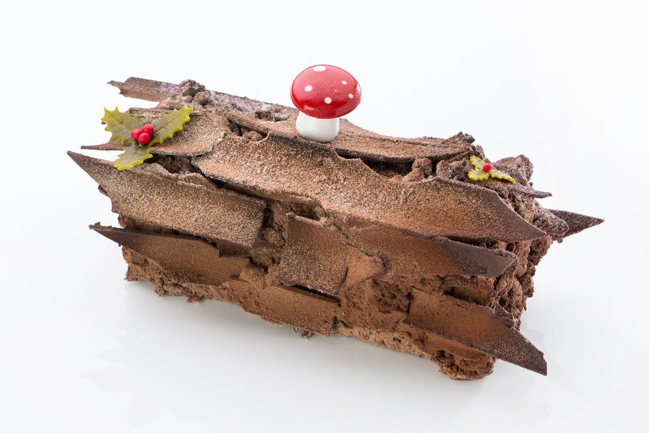 文華餅房黑森林樹幹蛋糕,主廚特別以巧克力片交錯堆疊的方式,更逼真呈現「樹幹」模樣...