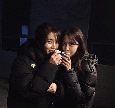 韓劇「THE K2」上演在韓國造成轟動,當中潤娥與宋允兒的敵對模樣,總是讓觀眾看得心情超緊張。3日潤娥在IG上曝光了與宋允兒在劇組的「私密」照,照片中兩人穿著黑色的羽絨外套緊貼,手上還拿著溫熱的飲料...