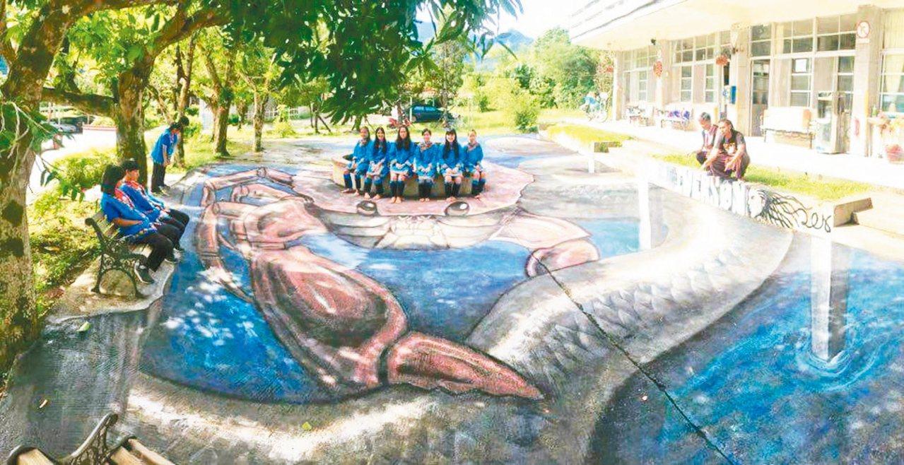 布農神話故事「紅嘴黑鵯」中,螃蟹大戰大蟒蛇,在彩繪藝術家艾佛森的巧手下,栩栩如生...