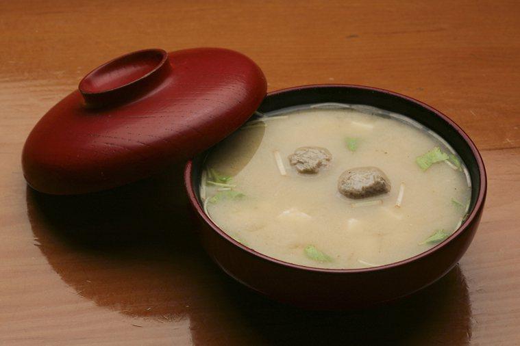 感冒怎麼吃?每餐來碗味噌湯(搭海帶、紫菜、蔥花或香菜,以及多油脂的新鮮魚腹),可...