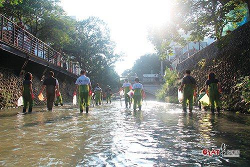 綠川工坊用淨川為環境請命。
