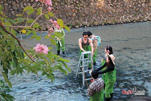 親自參與淨川活動後,才發現看似美麗的母親之河,流動的竟是家庭廢水和垃圾。