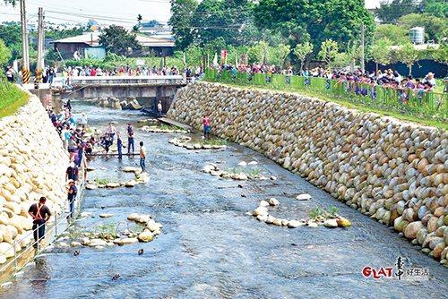 流經新社區的食水嵙溪,是全世界獨一無二的台灣白魚棲息地。水利局整治河川時特別用心...
