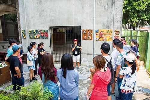 導覽參觀「大同國‧小花園」,這是由社區居民和學校共同將閒置空間變成有藝術氣息的可...