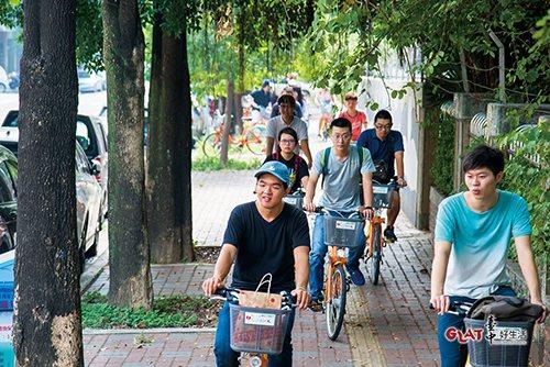 導覽員帶參與者騎乘iBike,走訪一般觀光客較少前往的區域。