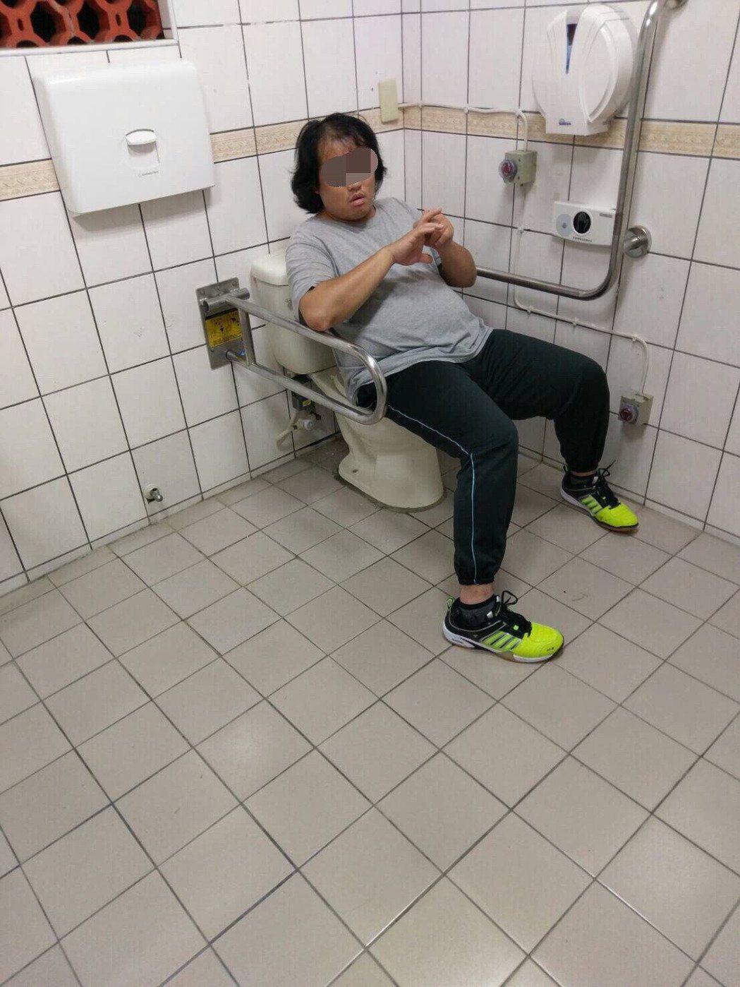 隨機攻擊路人的林姓男子,躲在廁所內遭逮。圖/報系資料照片