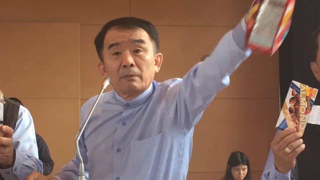 台中市議員段緯宇指責在網路、商店買得到核災食品。記者陳秋雲/攝影