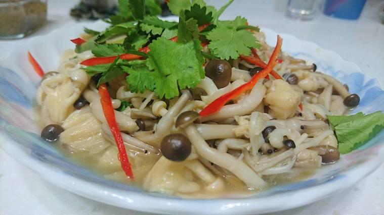 記者依照《不失智的台式地中海餐桌》書中食譜,實作香菜燴百菇。圖/記者劉嘉韻攝影