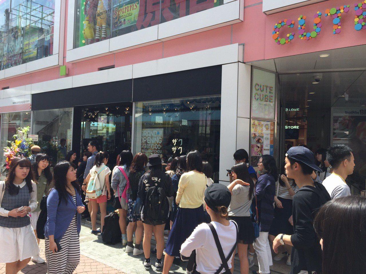 在日本擁有四家分店的人氣泡芙ZAKUZAKU,至今仍是排隊人氣甜點,圖為原宿旗艦...