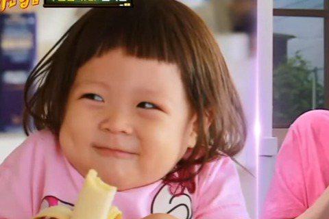 南韓藝人秋成勳的超人氣愛女錄製《超人回來了》超過2年,可愛俏皮的模樣深受觀眾喜愛。日前「Super Junior」希澈還在韓綜《認識的哥哥》中扮演秋小愛。希澈穿著粉紅色上衣、手拿香蕉,假裝被嚇到的模...