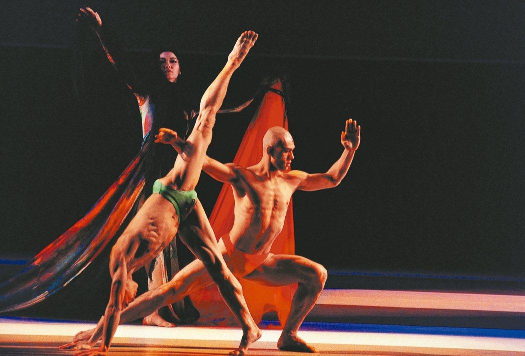 真假寶玉,舞者(左起)董述帆、王維銘、鄧桂複。 圖/劉振祥攝影,雲門舞集提供