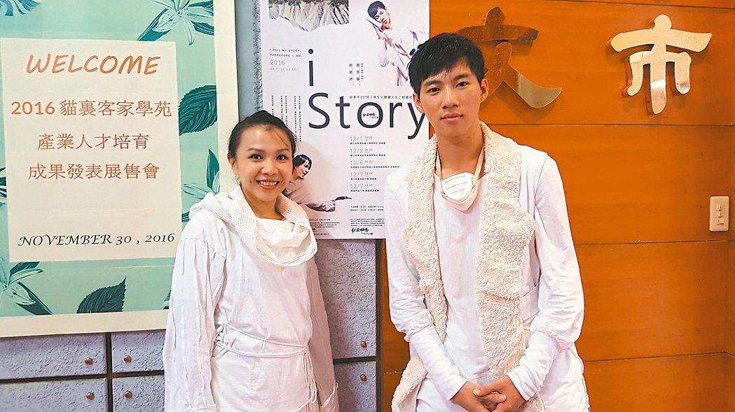 EX-亞洲劇團校園巡迴演出的「i Story」劇碼,由劇團第一代團員賴麗婷(左)...