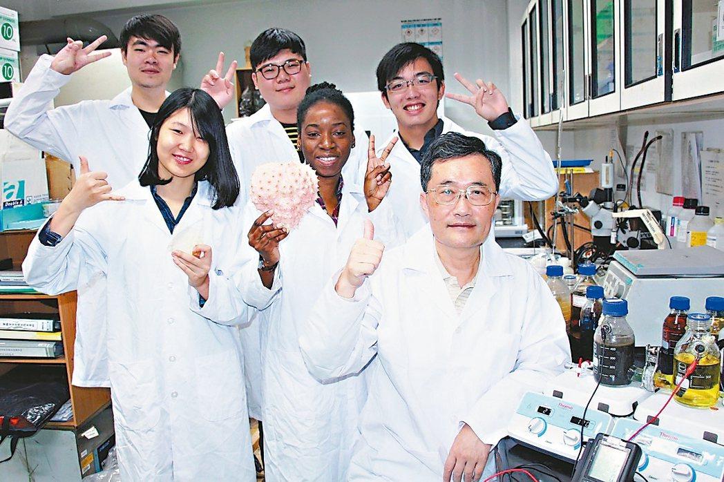 大葉大學環境工程系教授李清華(前右一)帶領學生成功研發將廢螃蟹殼變成可處理廢水及...