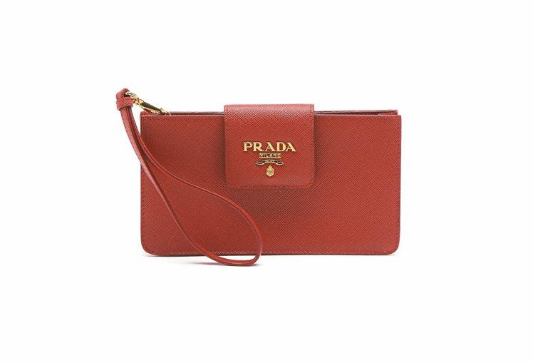 PRADA大紅色 手機斜肩包, 是耶誕節才會 上架的入門商品。