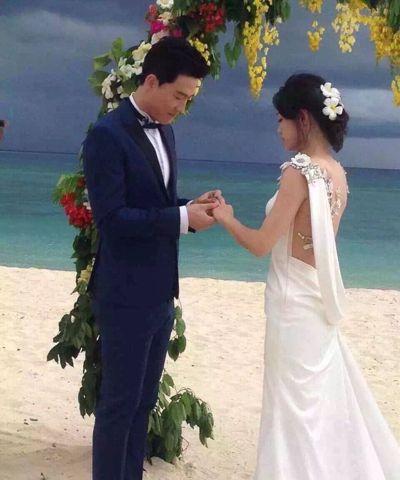 劉翔(左)給吳莎(右)戴上戒指,兩人深情對望。(取材自微博) 蘇妍鳳