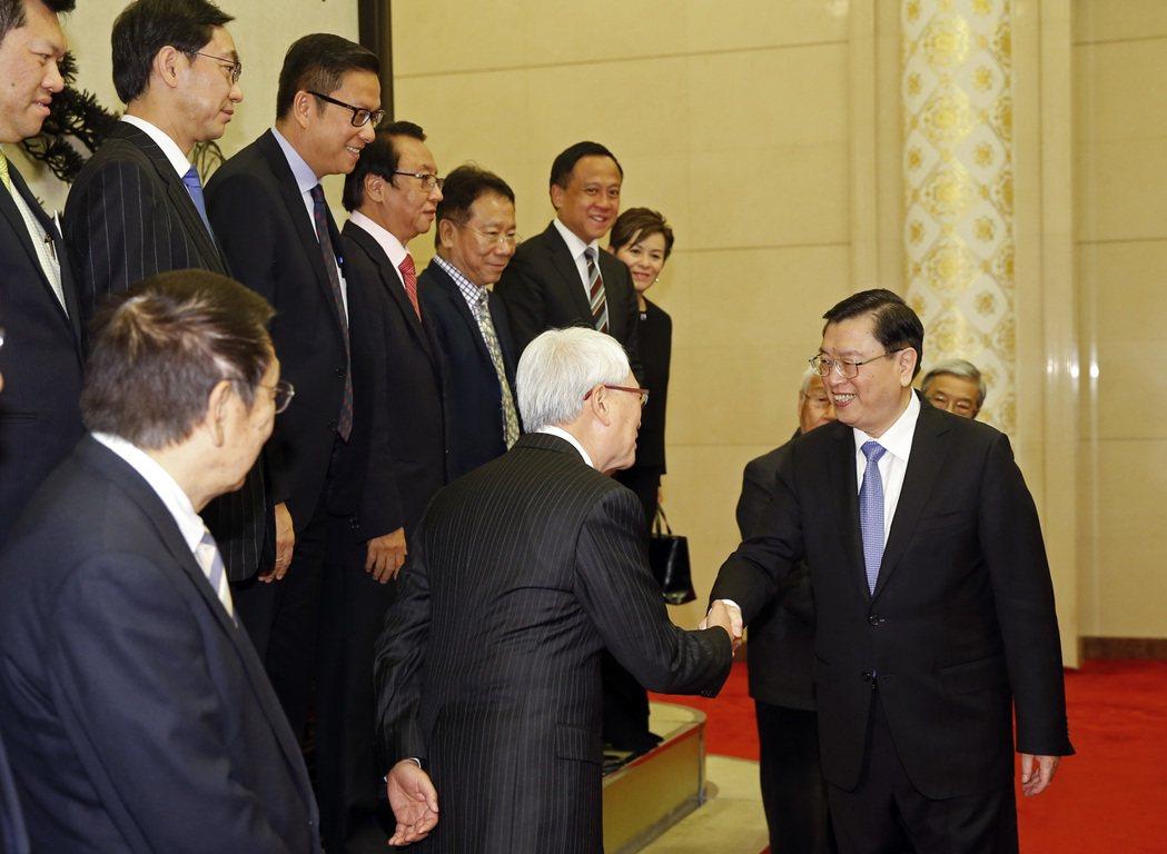 中國全國人大委員長張德江29日在北京會見香港「幫港出聲」訪京團。 中新社
