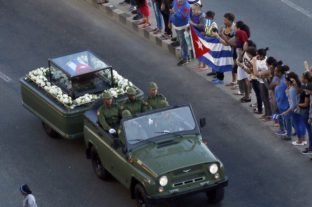 古巴前總統卡斯楚的骨灰30日開始在全國繞境四天。(美聯社)