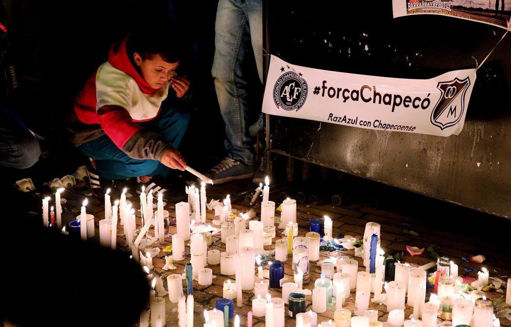 巴西民眾舉辦燭光晚會悼念罹難者。歐新社