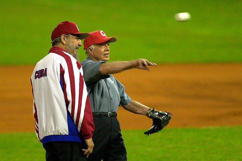 卡斯楚(左)熱愛棒球,曾邀請美國前總統卡特(右)到古巴的哈瓦納球場開球。 美聯社...