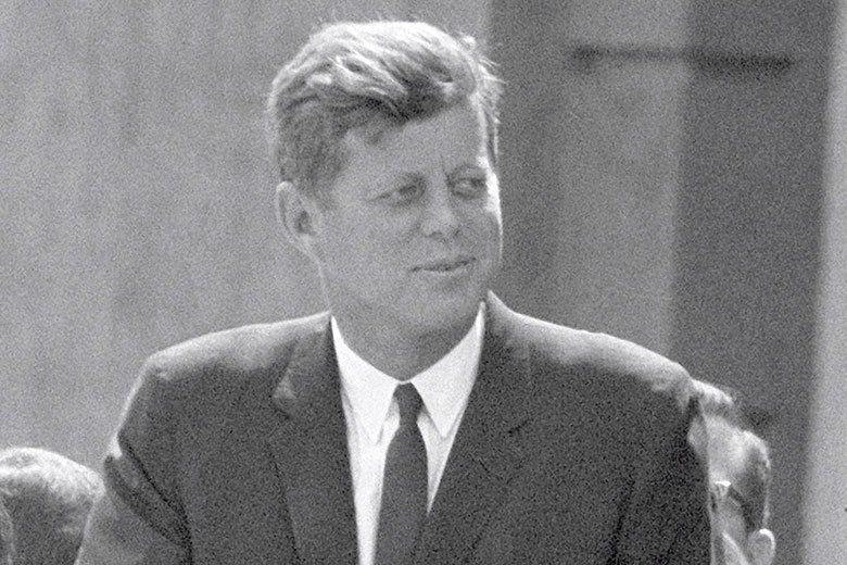 約翰·甘迺迪是美國第35任總統,深受民眾愛戴,於1963年11月22日在達拉斯遭...