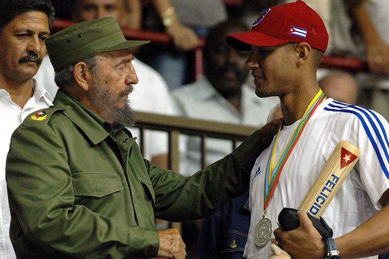 古巴強人卡斯楚(左)愛棒球也非常欣賞棒球好手,包括曾在古巴世界盃擊出全壘打的呂文...