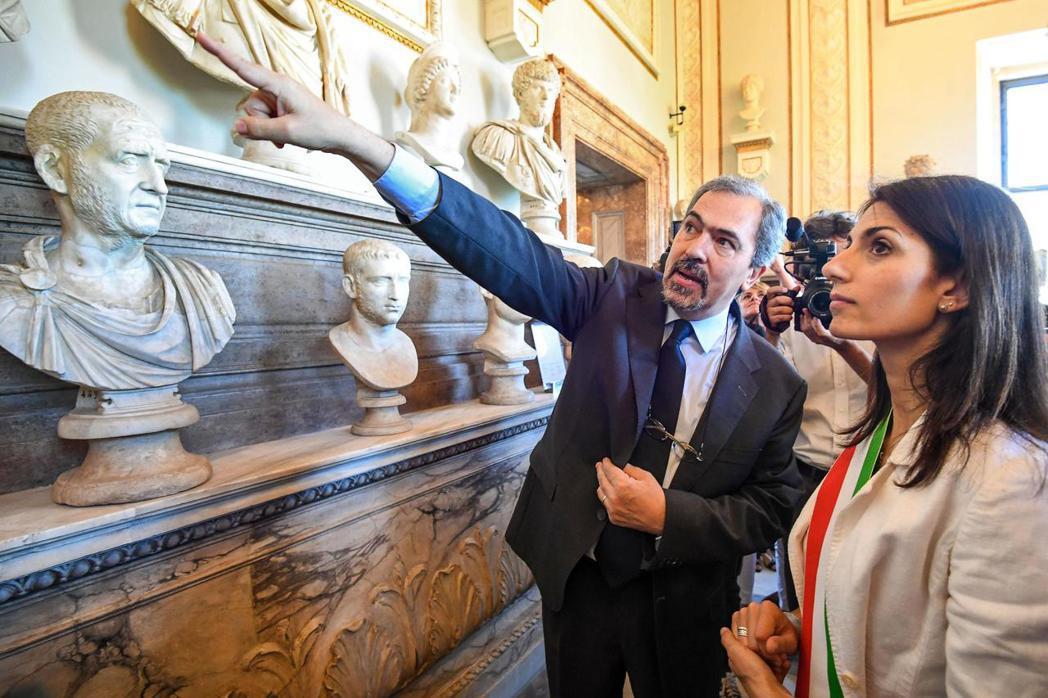 「你不能利用圍欄保護珍貴古蹟。」文化遺產監督專員普羅西切(左)說。右為羅馬市長拉...