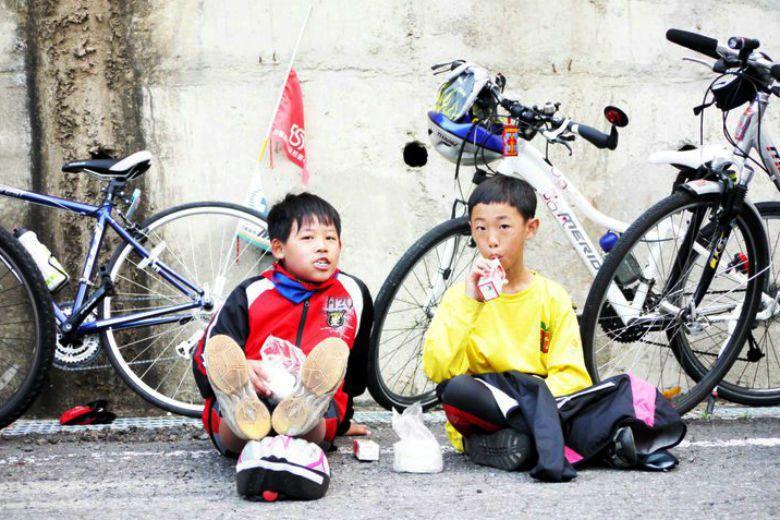 育幼院長帶著孩子騎上單車,擺脫原來積壓在小小心靈中的創傷,以此為起點,幫助孩子重...