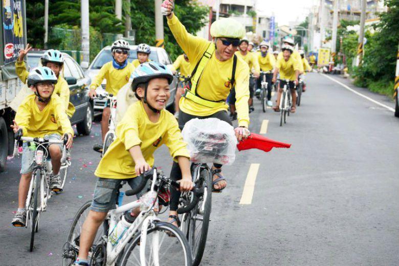 帶著孩子們騎上單車,院長期待孩子從此不再被逆境擺佈——因為他們曾經從遙遠的起點,...