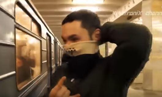 一名俄羅斯男子前空翻與火車擦身而過。圖/擷自youtube