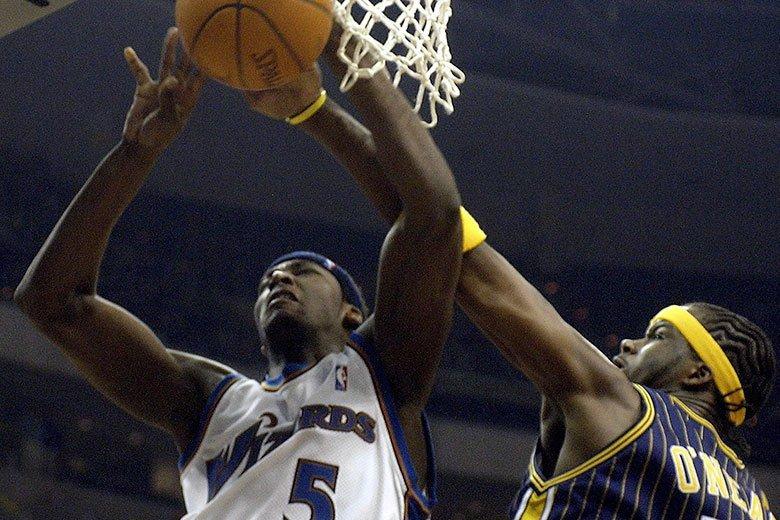 「籃球之神」喬丹親自幫巫師隊挑選的布朗(左)成為了有名的「水貨狀元」,這讓聯盟對...