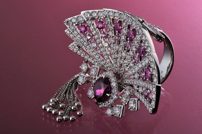 「東京都知事賞」,以日本傳統文化為意象,表現在華麗的珠寶設計上。設計師為Sawa...