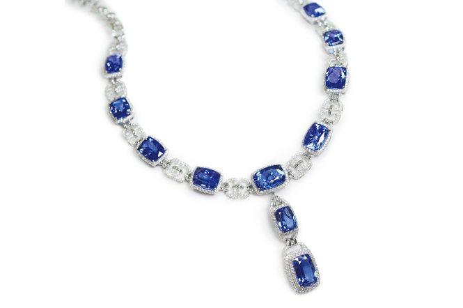 丹泉石的套組,如果寶石都換成藍寶石的話,應該是天價。