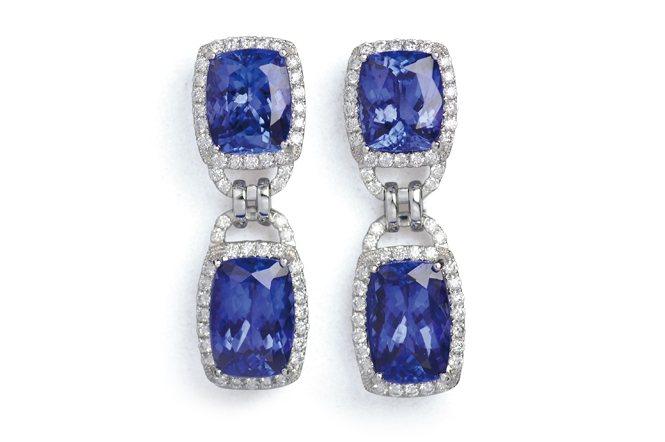 成對丹泉石鑲鑽的珠寶耳環。