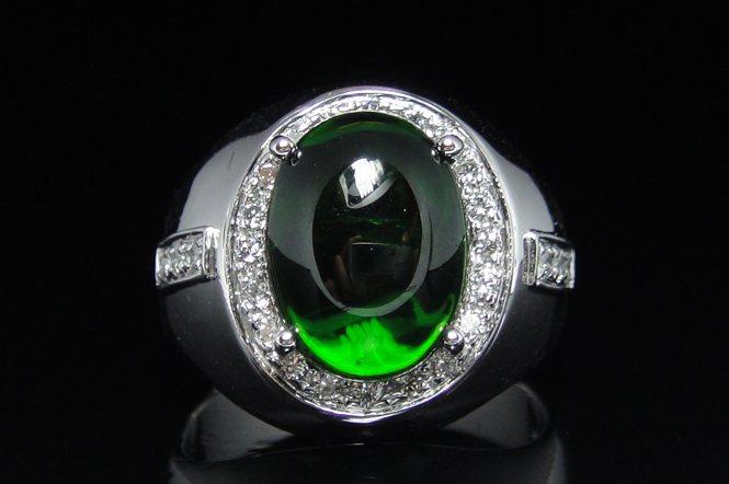 鉻透輝石鑽戒,乍看之下是否和綠碧璽十分類似呢?(名威珠寶)