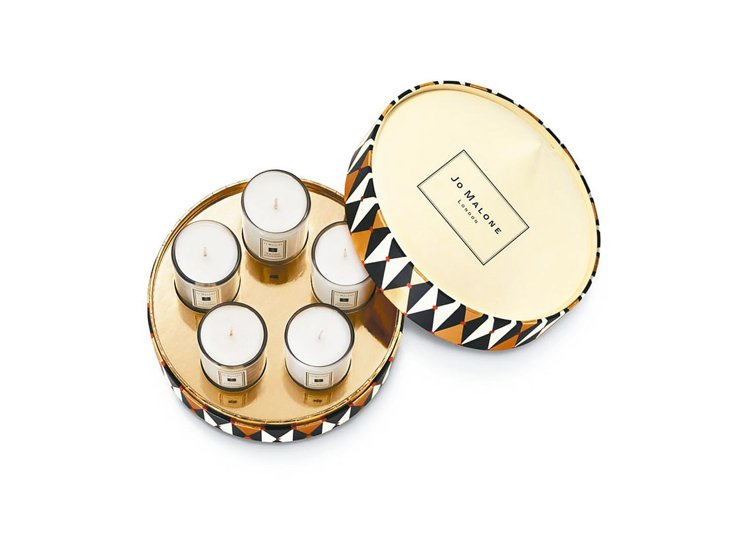 Jo Malone迷你蠟燭系列以馬戲棚造型的禮盒呈現,35g×5、4,000元。...