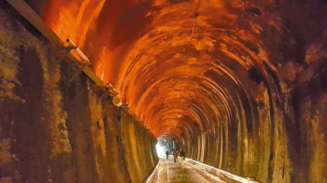 功維敘百年老隧道啟用火車音效,搭配原有的七彩燈光,帶領遊客穿越時光隧道。 記者胡...