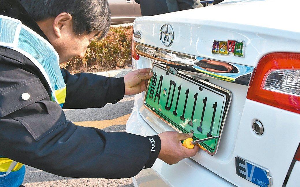 上海、南京、無錫、濟南、深圳5城市率先試點啟用新能源汽車號牌。 新華社