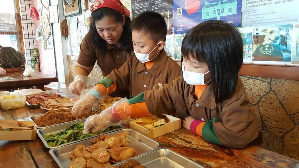 小朋友參訪關山便當,自己動手做便當。 圖/鴻德幼兒園提供