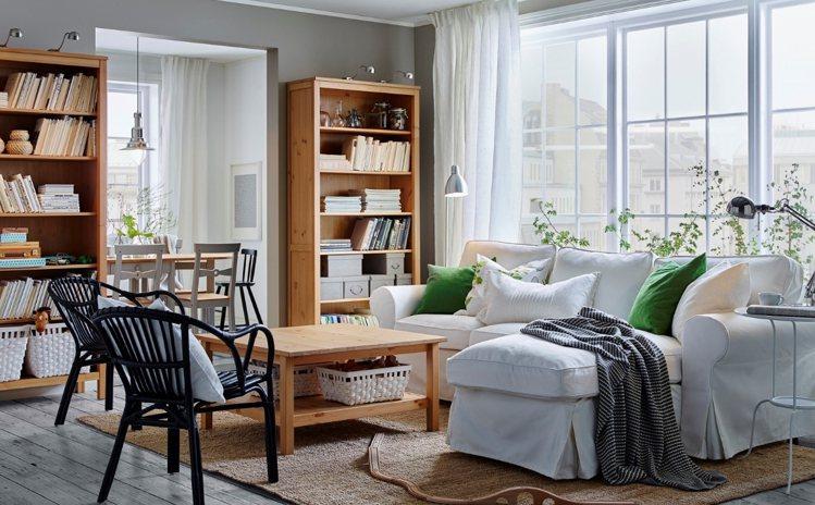 冬季居家客廳,可多用抱枕、披毯增色。圖/IKEA提供