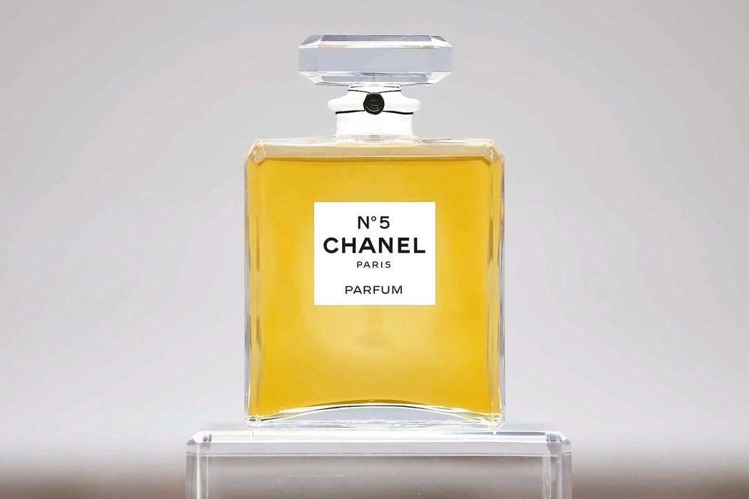 時裝名品香奈兒的創辦人「可可」香奈兒1920年認識法裔俄國皇室御用香水師恩尼斯特...