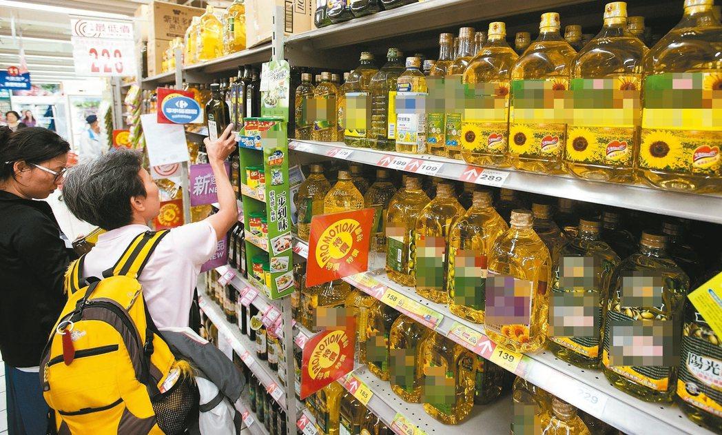 食安風暴,民眾在賣場選購油品等食物都特別小心謹慎。 報系資料照
