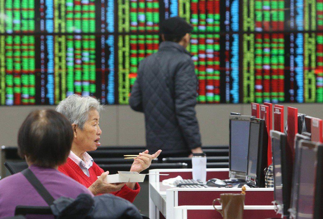 台股今天跌74.04點,收在9189.49點,成交值新台幣 747.34億元。三...